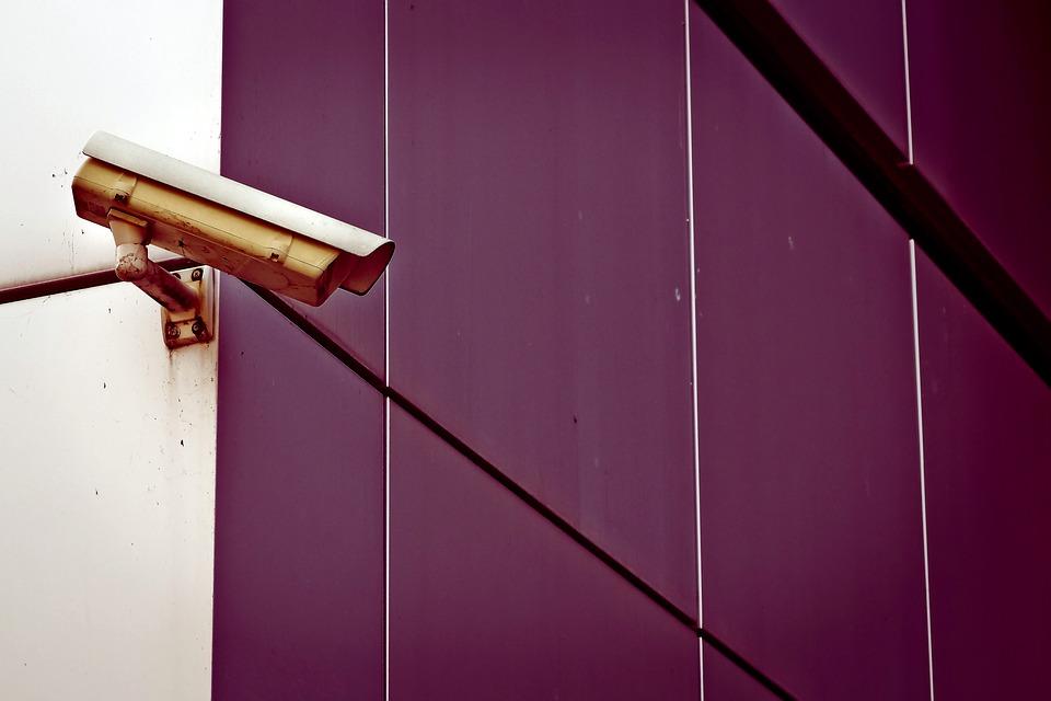 Installation de vidéo surveillance : recourir au service d'un professionnel ou non
